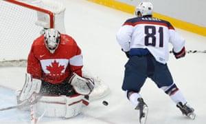 美国前锋Phil Kessel在加拿大守门员Carey Price上投篮。