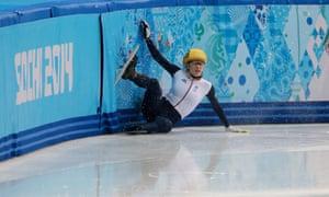 英国的Elise Christie在她的1000米短道半决赛中坠毁。
