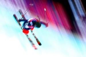 美国的Maddie Bowman参加了自由式滑雪女子半管比赛。
