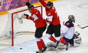 加拿大选手Jamie Benn在男子冰球半决赛中庆祝美国队守门员Jonathan Quick的进球。