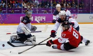 加拿大前锋西德尼克罗斯比对阵美国防守队员布鲁克斯奥尔皮克。