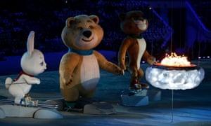 在2014年索契冬奥会闭幕式期间,奥运会吉祥物野兔,北极熊和豹子站在奥运圣火上。