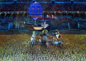 在2014年冬季奥运会闭幕式期间,舞者表演大型吉祥物。
