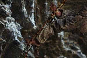 Honey hunters of Nepal: Honey hunter descending the cliff