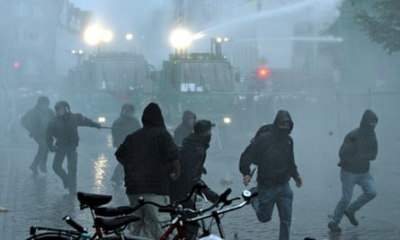 Water cannon being used against protesters in Hamburg in 2007
