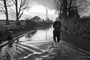 Somerset floods: Getting home in Thorney