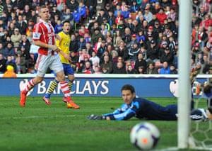 saturday roundup: Arsenal midfielder Mesut Ozil shoots
