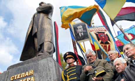 Ukrainian nationalists with Stepan Bandera statue