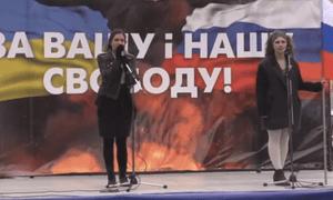 Nadezhda Tolokonnikova and Maria Alyokhina address crowds in Moscow