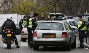 Police officers control cars with number plates ending in even numbers, on March 17, 2014 in Paris, as Paris resorted to drastic measures to curb soaring pollution levels
