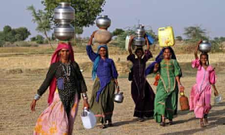 India women carrying water