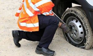 Breakdown recovery man changes the tyre