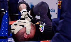 Victor Valdés expected to miss World Cup after tearing ACL ligament