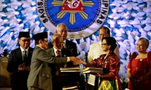 President of Philippines and Malaysia's prime minister witness the exchange of documents in Manila
