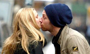 GWYNETH PALTROW AND CHRIS MARTIN WALKING IN NEW YORK, AMERICA - 21 FEB 2003