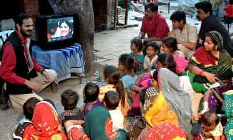 Social entrepreneurship in action: Brij Kothari demonstrating SLS to viewers in Gulbai Tekra Slum, A