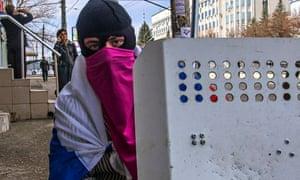 pro-russian-protesters-blockade-luhansk