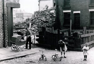 Manchester Pic Lib: GNM Archive children in st