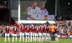 West Ham players lead the applause for Dylan Tombides