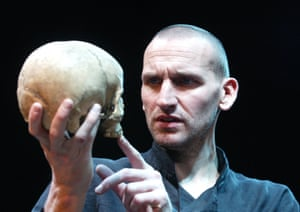 "CHRISTOPHER ECCLESTON IN ""HAMLET"" @ WEST YORKSHIRE PLAYHOUSE (OPENING 6-11-02)"