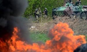 Ukrainian special forces take position in eastern Ukrainian city of Slavyansk on April 24, 2014.