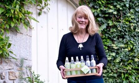 Stacy Marking holding bottles of lemongrass on a tray