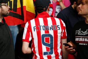 Tom's Chelsea pics: Torres shirt