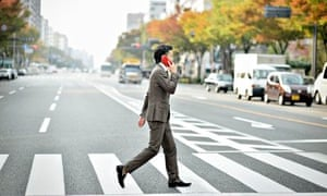 ibeacons man holding phone