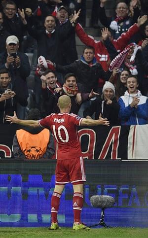 Bayern v United: Arjen Robben milks the applause