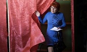 Woman in Slavyansk votes in eastern Ukraine referendum