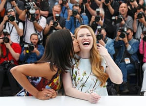 """Cast member Rosario Dawson (L) kisses Mireille Enos as they pose during a photocall for the film """"Captives"""" (The Captive)."""