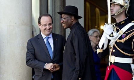 French president Francois Hollande and Nigerian president Goodluck Jonathan (C