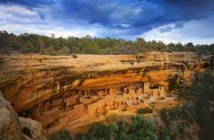 The Cliff Palace is an ancient Anasazi cultural settlement in Chapin Mesa. It was built between 1190 and 1280 AD, and was inhabited by approximately 100 people.