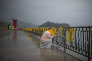 20 Photos: A relative weeps before yellow ribbons at Jindo harbour