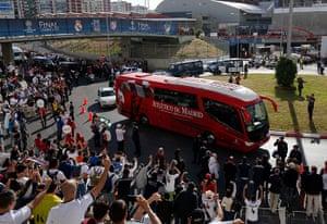 Champions League: Fans greet the bus