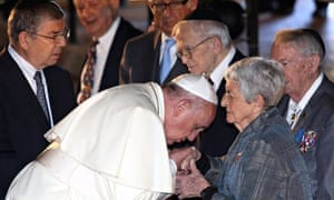 Pope Francis kisses the hand of Sonia Tunik-Geron at the Yad Vashem Holocaust Memorial