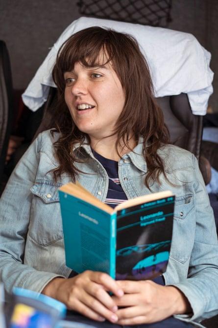 Courtney Barnett on tour: Courtney, reading Freud, on Da Vinci.
