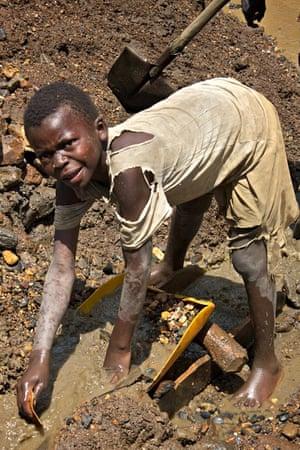 child gold miner in south kivu