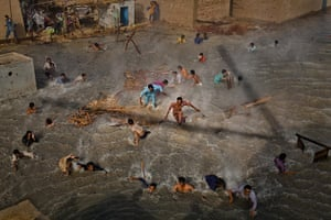20 photos: Flood victims scramble for food in Dadu, Pakistan