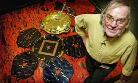 Colin Pillinger with a model of Beagle 2 in 2003.