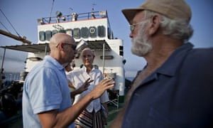 Director Bob Yari talks to Joely Richardson and Adrian Sparks during the filming of Papa in Cuba