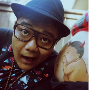Luo Qianxi's husband with her painted stomach  Woman paints pictures on stomach to record pregnancy,