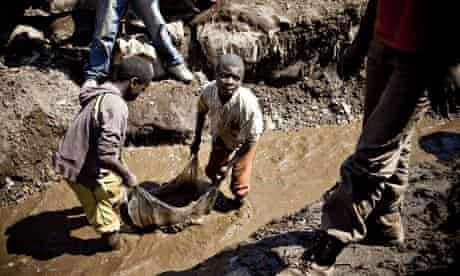 Children wash copper at a mine in Kamatanda, DRC.