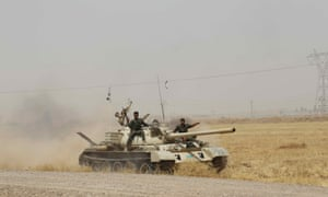 库尔德佩什梅加部队和伊拉克特种部队在石油资源丰富的伊拉克基尔库克市外部署部队和装甲车