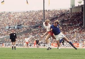 Andrzej Szarmach comes before the Italian defender Francesco Morini
