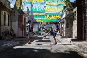 Manaus: kids playing in the street