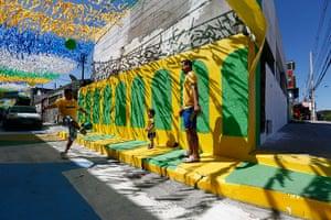 Manaus: Three generations play football in the street