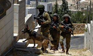 Israeli soldiers search Palestinian houses