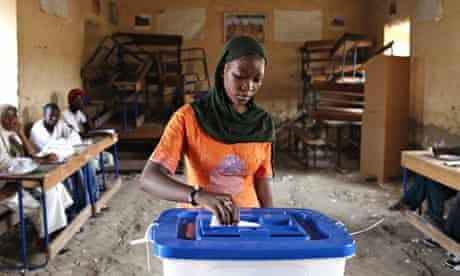 A woman casts her vote during Mali's presidential election in Timbukt