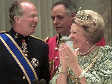 Spanish King Juan Carlos (L) and then Dutch Queen Beatrix in 2001